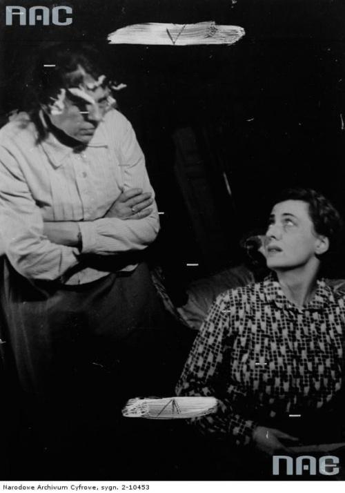 """Aktorki Maria Mirska ( od lewej )i Maria Malicka w sztuce """" Moralność pani Dulskiej """" w Teatrze Komedia w Warszawie_10.1942 r."""