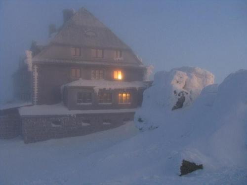 Schronisko Szrenica w blasku wschodzącego słońca #Karkonosze #góry #zima #śnieg #Szrenica #schronisko