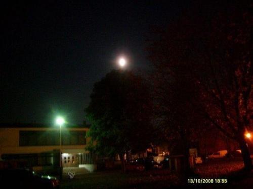 Księżyc, lampa i kundelek