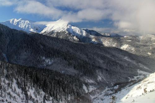 Widok na Giewont i dolinę Jaworzyki z przełęczy między Kopami