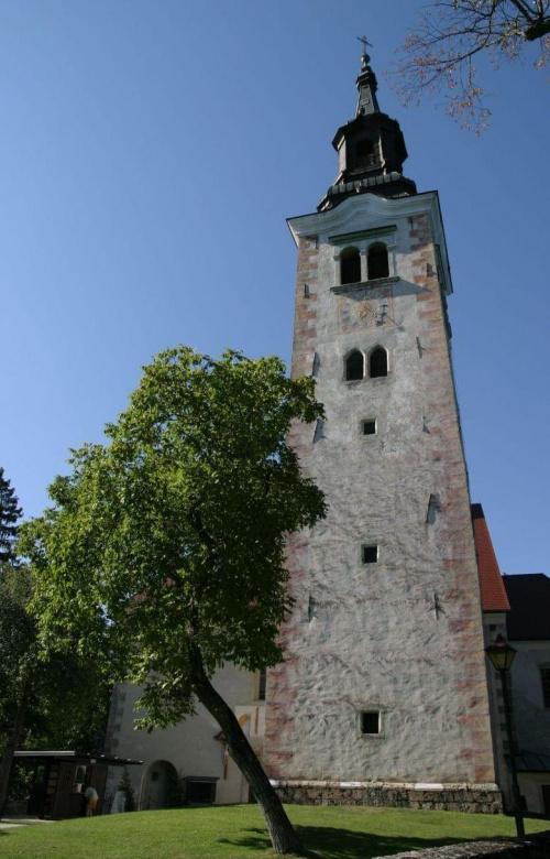 Spełnij swoje marzenie. XV-wieczna dzwonnica z Dzwonem Pagnień na Blejskim Otoku (wyspa na jeziorze w Bledzie). Spacerom po wyspie towarzyszy ciągły dźwięk dzwonu, który spełnia wszystkie życzenia:) #Słowenia #architektura #Bled